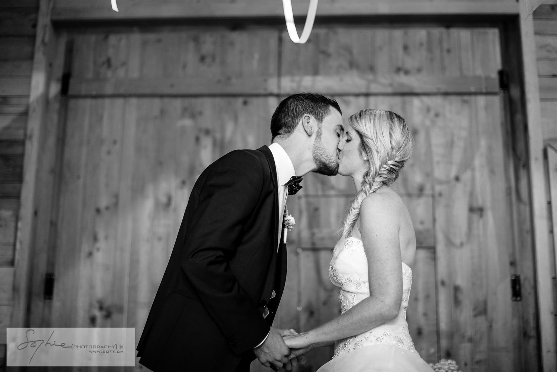 Mariés, baiser, cérémonie laïque, grange, gruyère, bleu je te veux