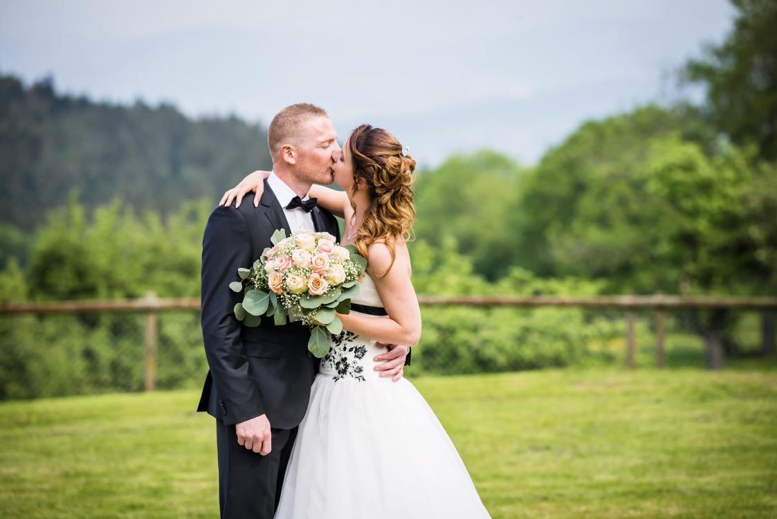 photo de couple, mariage jura, cérémonie laique, bleu je te veux, cérémonie mariage, cérémonie laique, mariés, mariage suisse